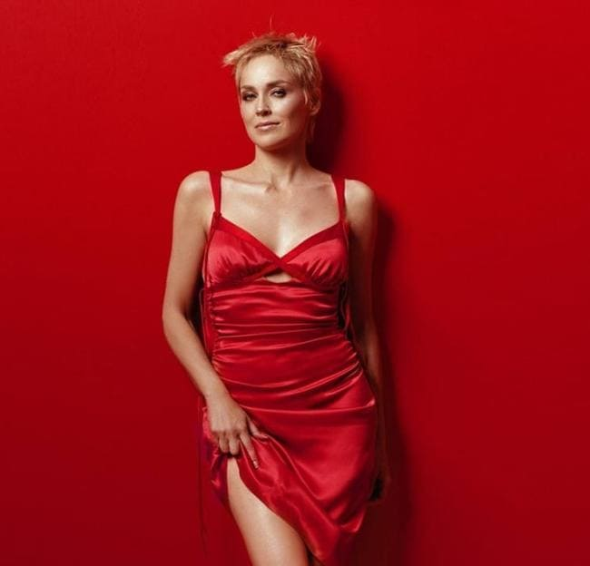 В красном платье.