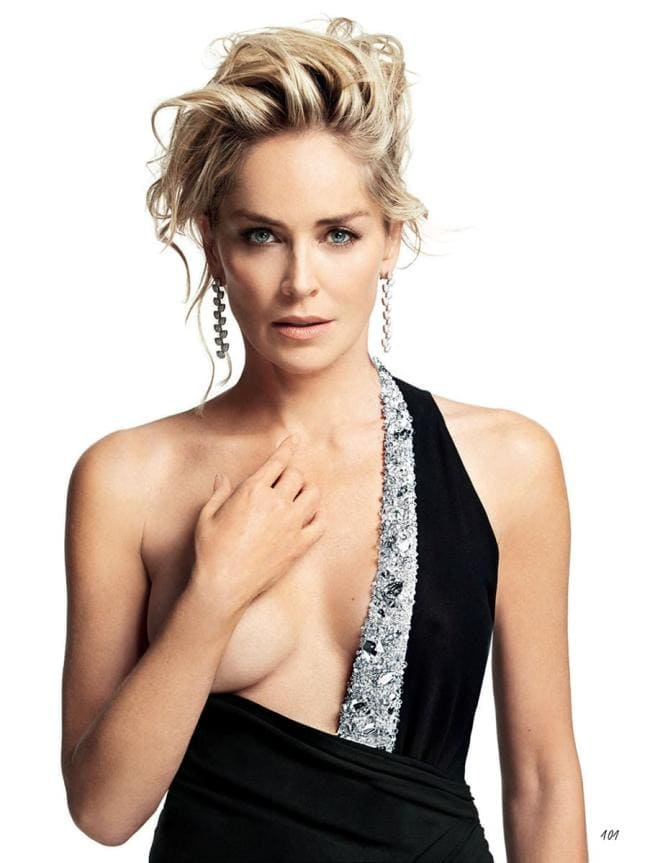 Шэрон стоун горячие стоит черное платье одна грудь открыта, правой рукой прикрывает