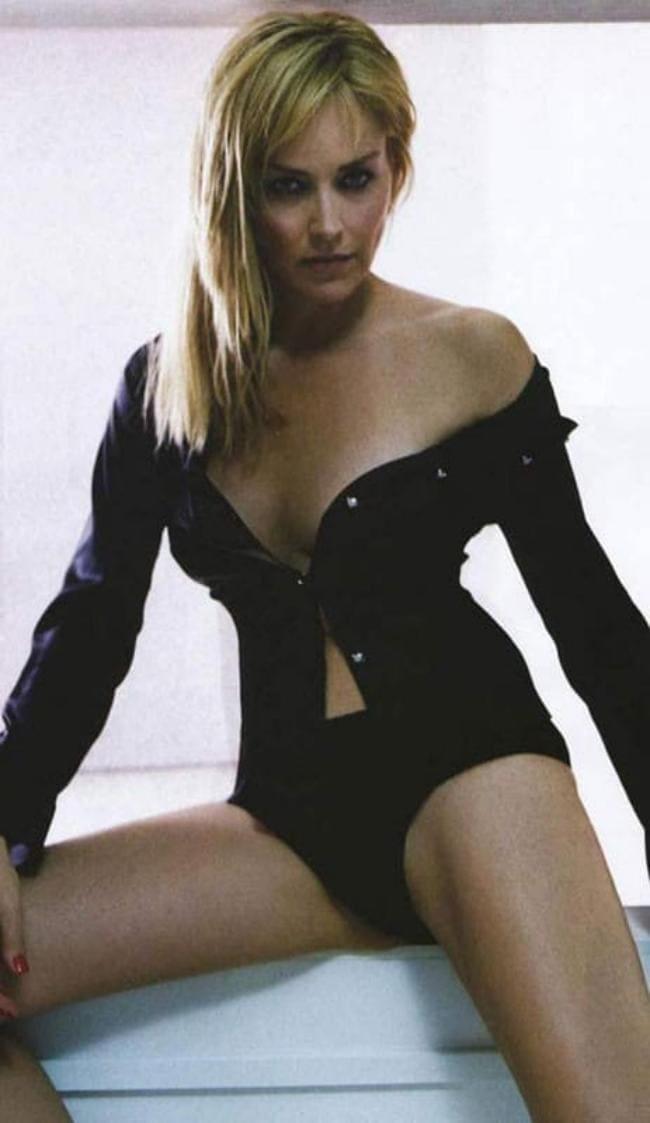 Шэрон стоун горячие сидит широко расставив ноги, черная кофточка расстегнута и приспущена с плеч