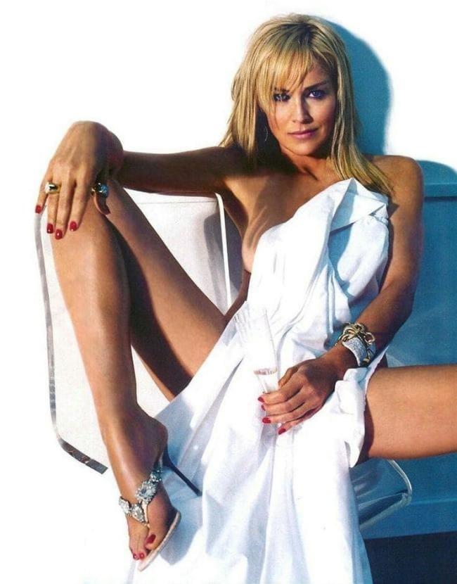 Голая Шэрон раздвинула ноги.