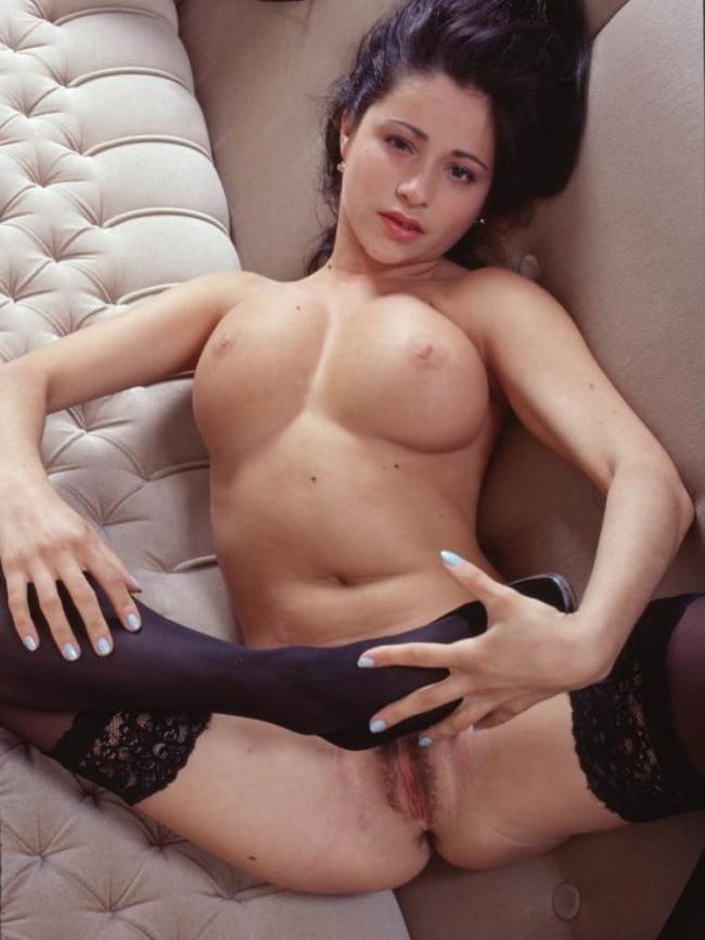 голая пизда Любовь Тихомирова показывает лежа на диване в капроновых чулках черного цвета подогнув одну ногу к животу