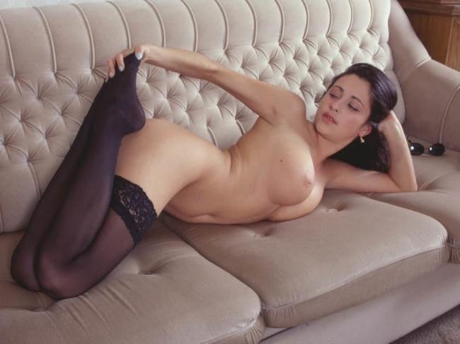 актриса Любовь Тихомирова голая в чулках лежит на диване демонстрирует жопу и грудь