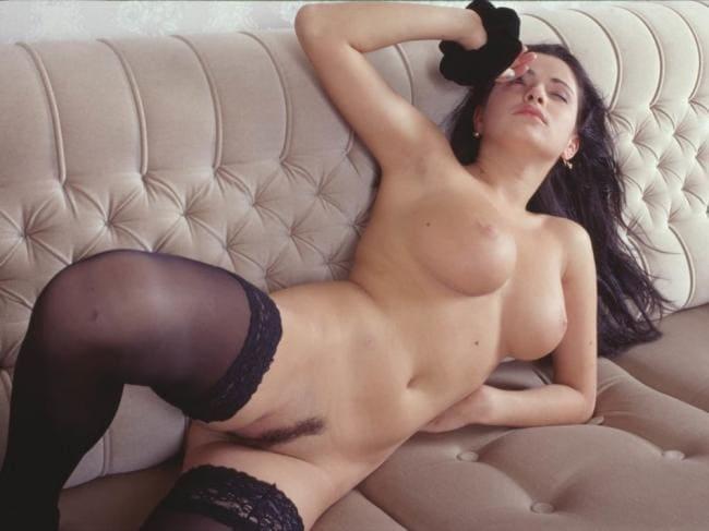 фото Любовь Тихомирова голая на в позе лежа прижавшись к спинке дивана показывает аккуратно стриженную пизду, и голые сиськи, прикрыла глаза