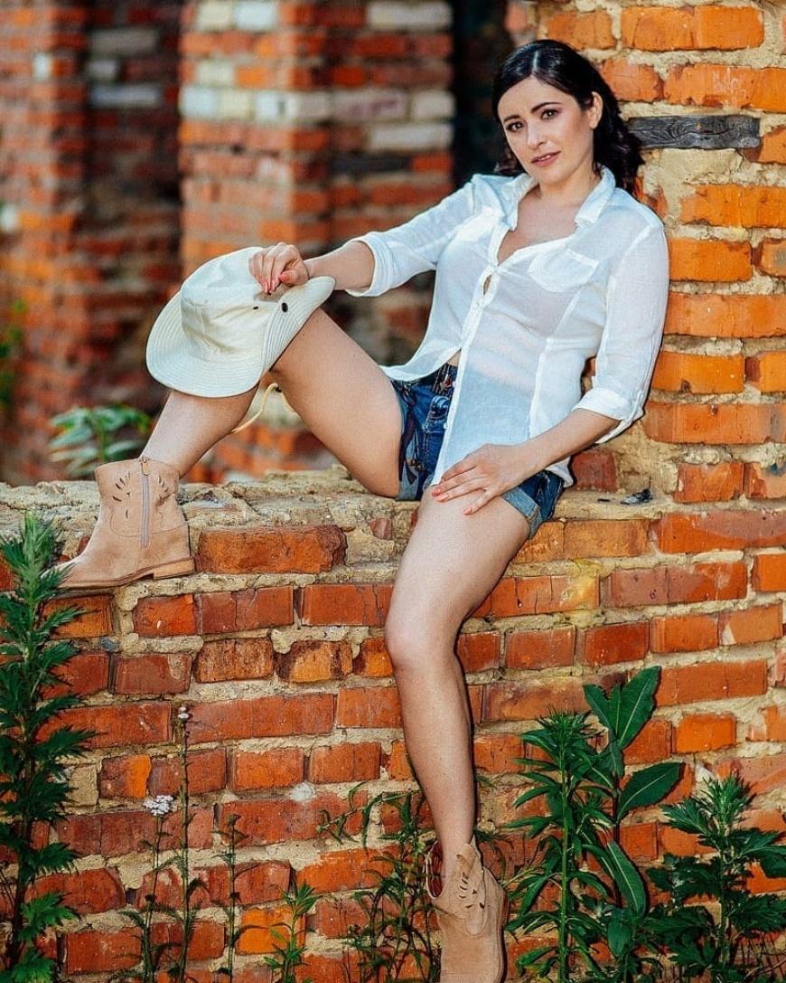 любовь тихомирова фото короткие шортики оголили стройные ножки