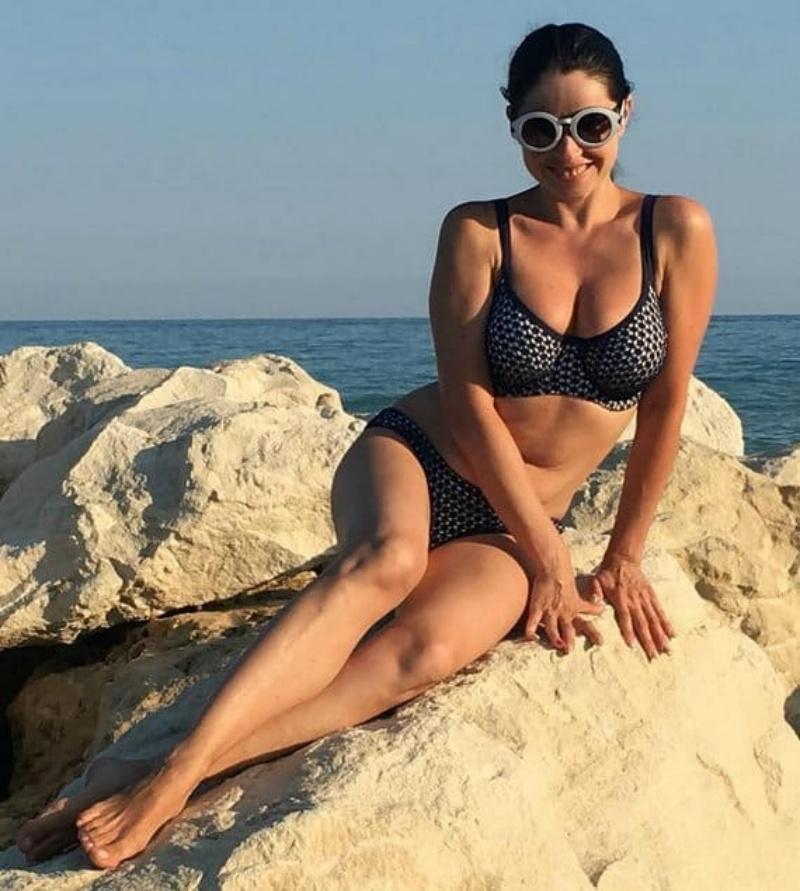 любовь тихомирова фото в купальнике сидит на камнях с видом на море