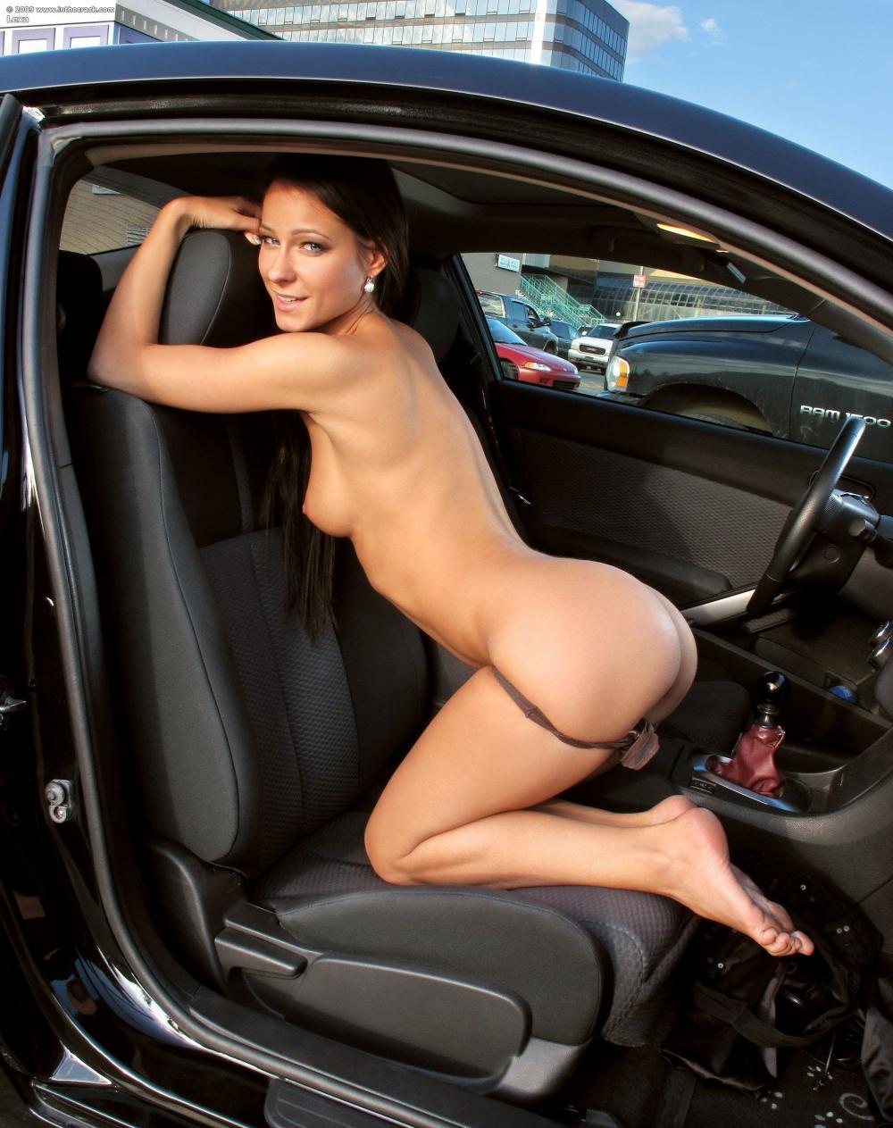 Машины и голые девушки стоит на коленях на сиденье, наполовину спустила трусы, вид сбоку