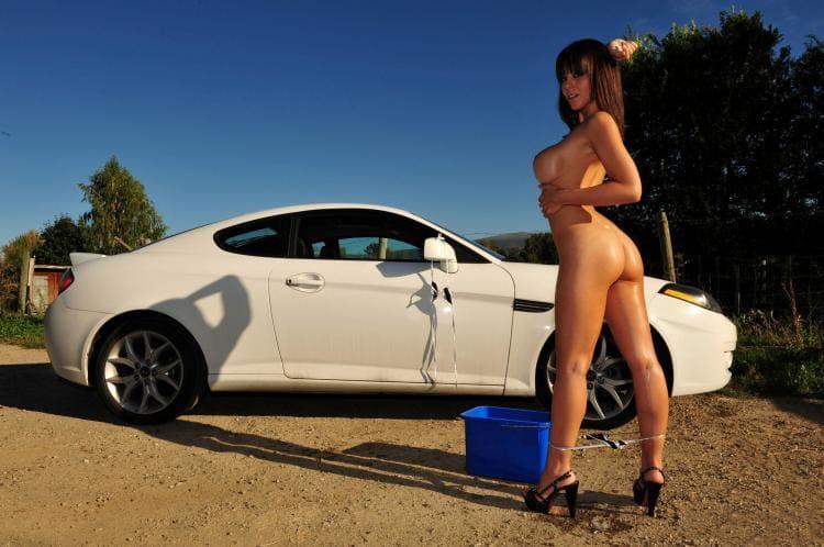 голая девушка моет машину брюнетка в босоножках возле автомобиля стоит спустила трусы