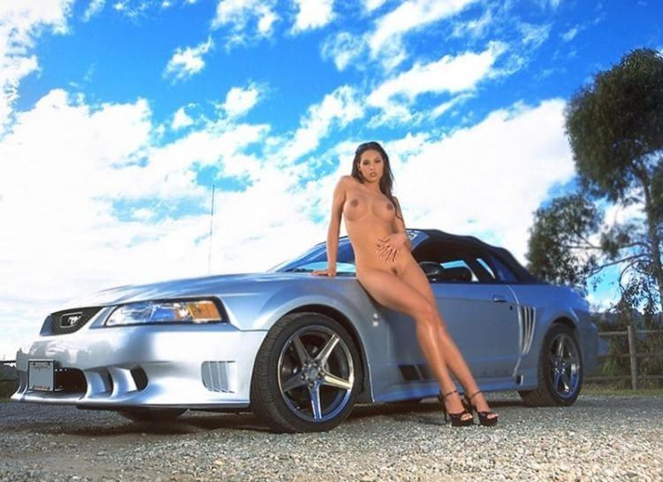 Голые девушки возле машин стоит опершись попой об капот в босоножках на высоком каблуке