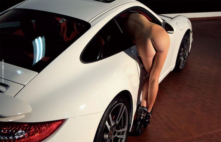 Голая девушки возле машин стоит раком наполовину пролезла в дверь машины показывает свой шикарный зад и ножки