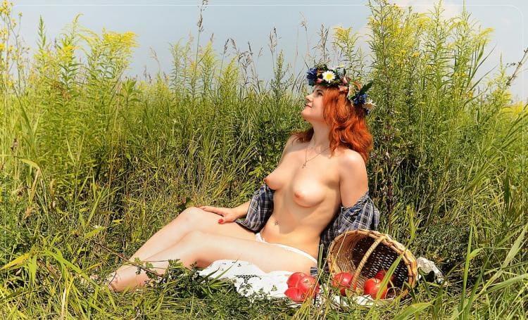 Ражая бестия в поле сидит разделась до гола