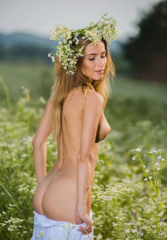 Полуголая блондинка в поле снимает юбку показывая шикарный зад