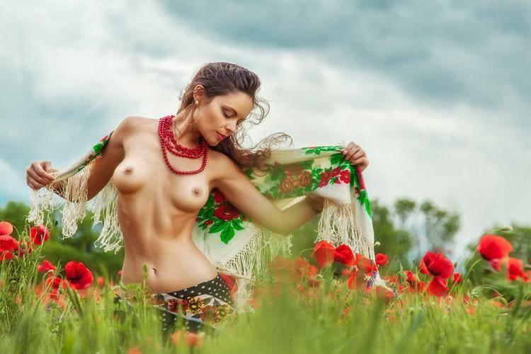 Голые девушки фото эротика сиськи. Шатенка с красными бусами и платком на плечах в полке с маками