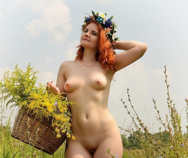 девушка позирует голой эротика рыжая в поле. Сиськи маленькие пизда бритая