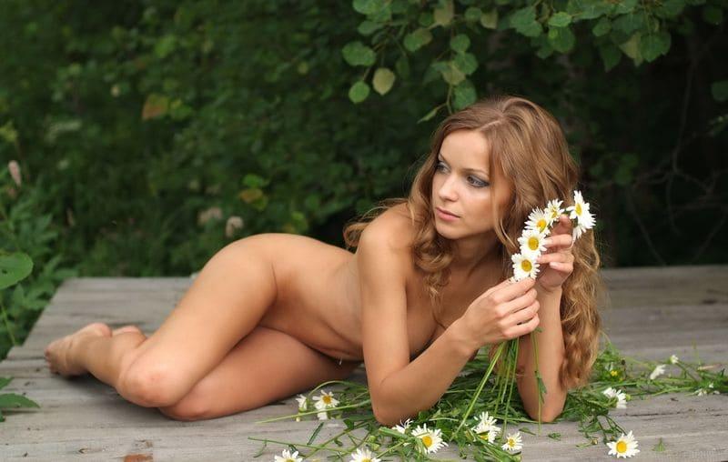 голые девушки фото эротика. Красива на природе с длинными рыжими волосами плетет венок