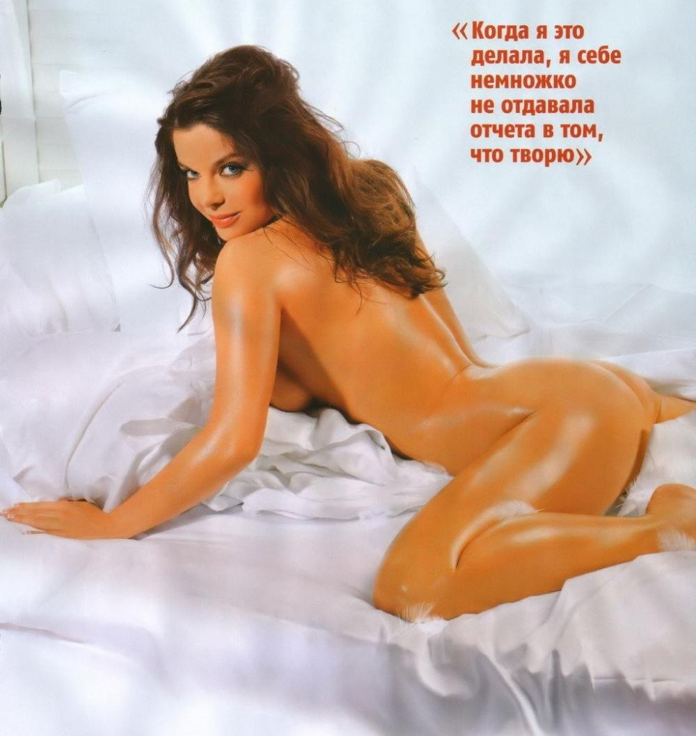 Голая Наташа Королева на кровати на животе опираясь на руки, ноги раскинуты, вид сзади