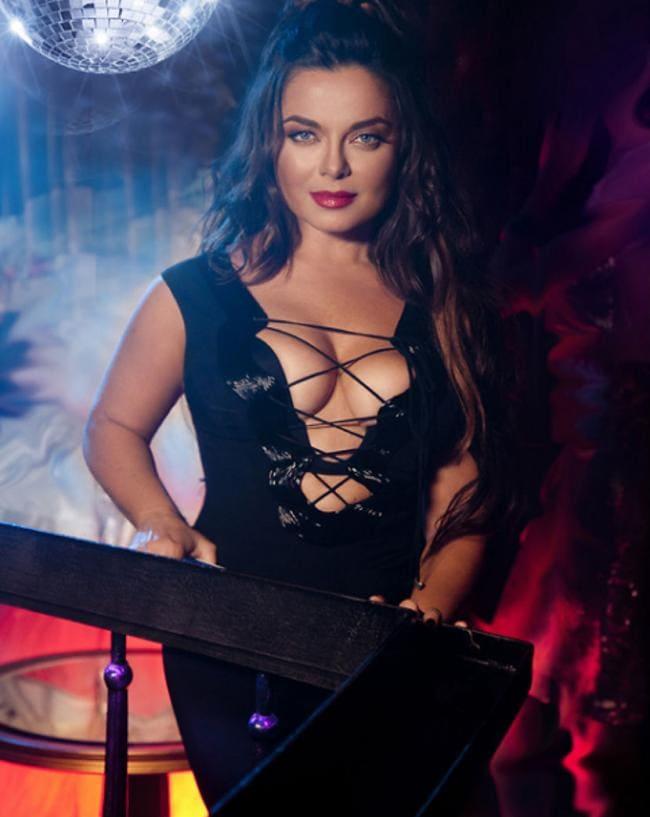 МММ шикарное черное платье с оголенной грудью