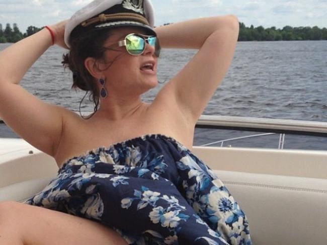 В кепочке на лодке голая прикрытая подмышки хорошо видны