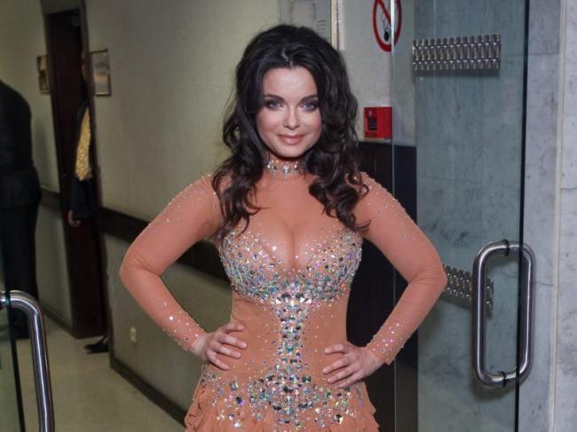 Наташа Королева в прозрачном платье за кулисами