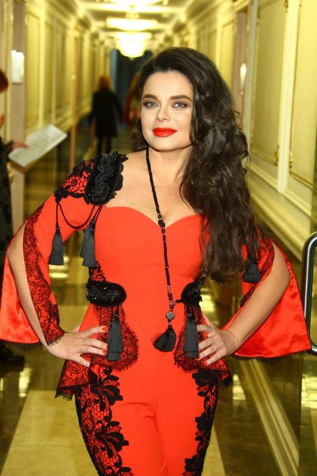 Шикарная женщина в красном платье