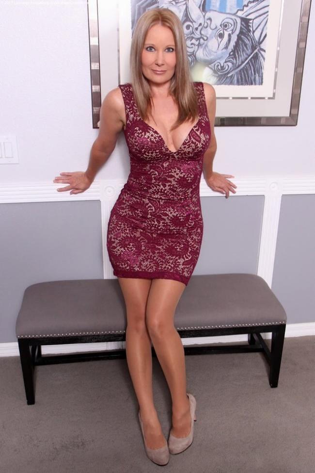 Зрелая блондинка в коротком платье, блестящих колготках каблук шикарные сиськи выглядывают