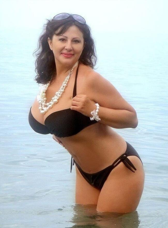 Шикарная брюнетка с большими сиськами в черном бикини