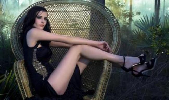 Сидит в кресле ноги обнажены босоножки высокий каблук