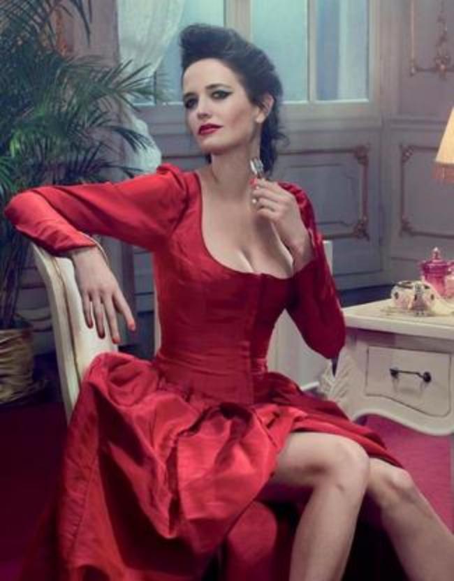В красном платье, ножки, духами свою шейку мажет