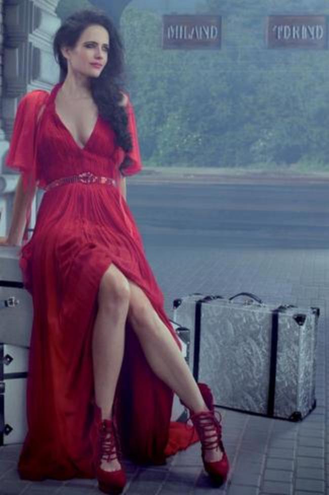 В красном длинном платье высокий разрез, красные туфли на каблуке
