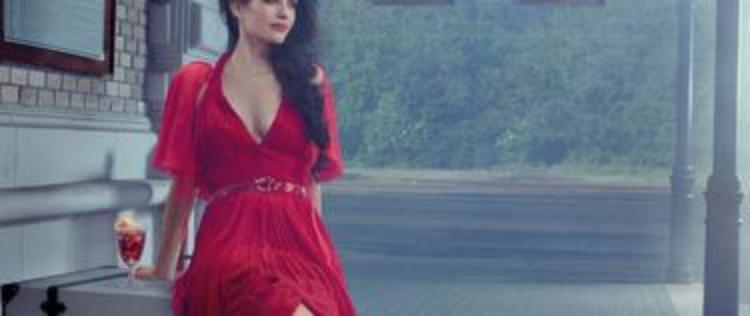 В платье с декольте