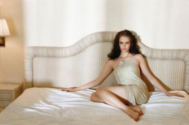 В кровати ноги обнажены и плечи