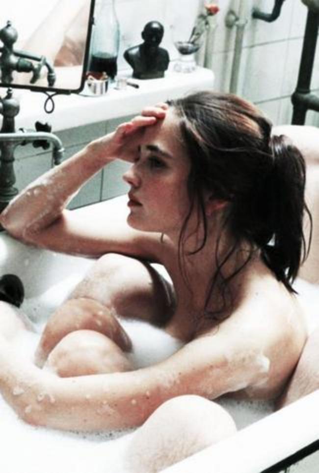 """Голая в ванной с пеной, кадр с фильма """"Мечтатели"""""""