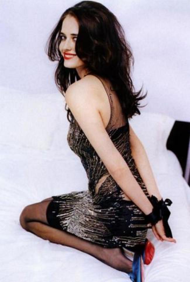 Ева Грин горячие фото. В прозрачном платье, черных чулках, руки связаны за спиной. Сидит на коленях на кровати и улыбается