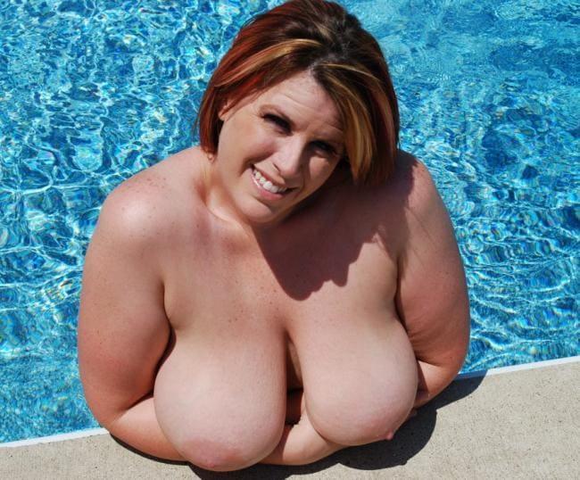 Лиза Спаркс голая в бассейне показывает сиськи