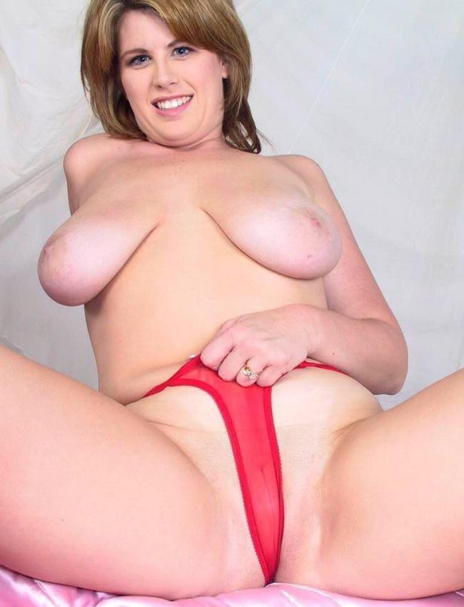 Голая раздвинула ноги тянет красные бикини