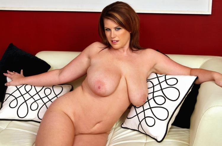 Лиза Спаркс голая фото с натуральными висячими сиськами полусидит на белом кожаном диване