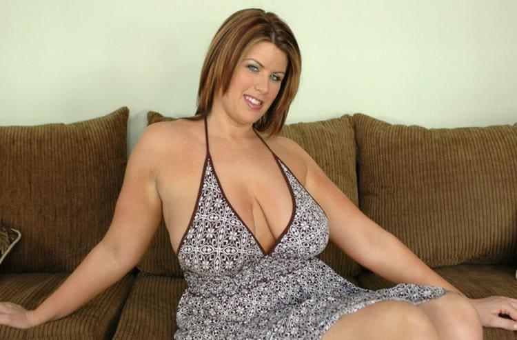На диване сидит в сарафане