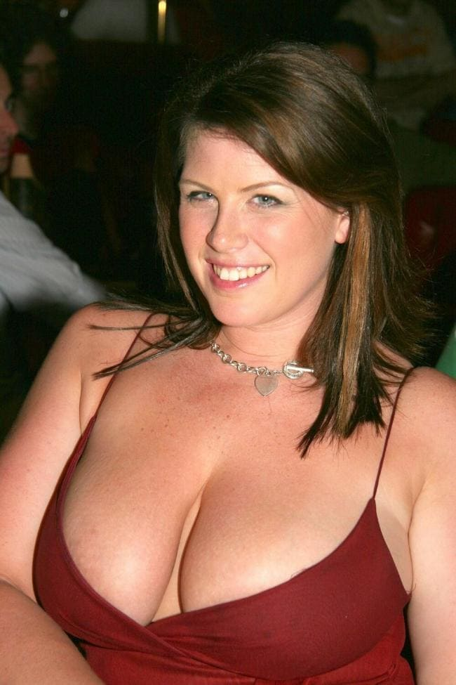 фото Лиза Спаркс в красном платье с глубоким декольте красивая улыбка