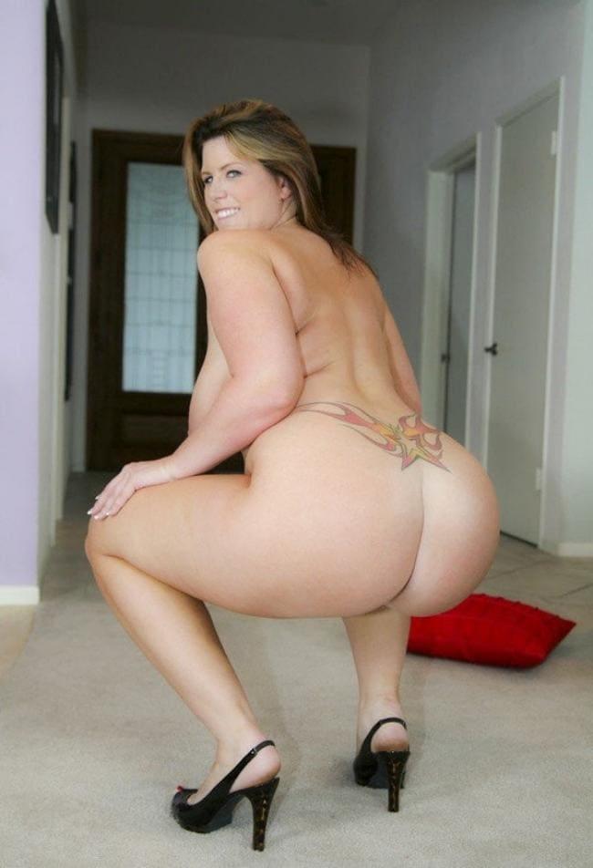 фото Лиза Спаркс вид сзади присела на коленях голая, босоножки на высоком каблуке