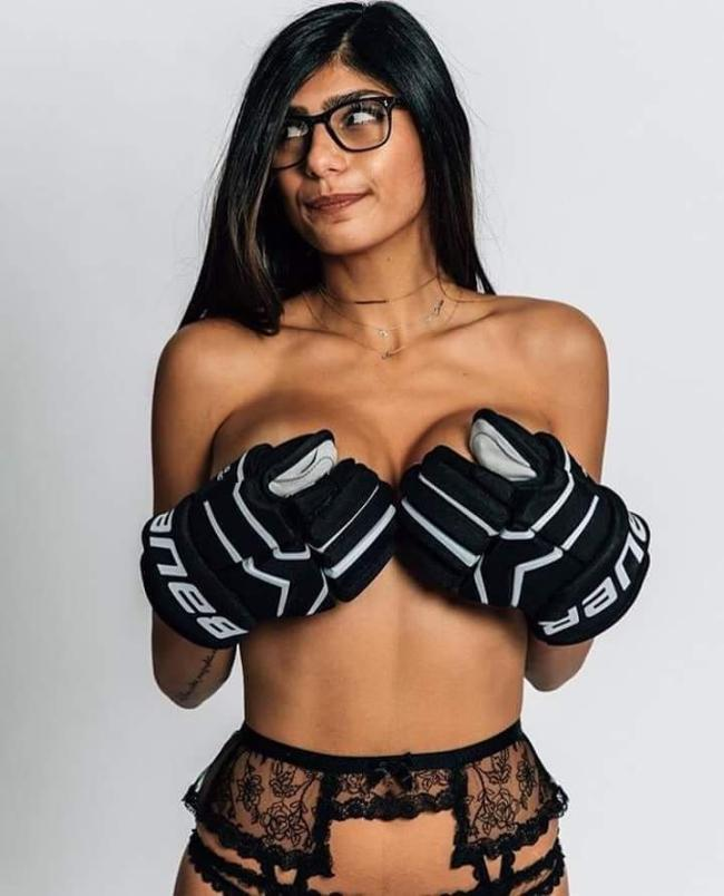 миа халифа фото в ажурном поясе для чулков черного цвета голая в спортивных перчатках