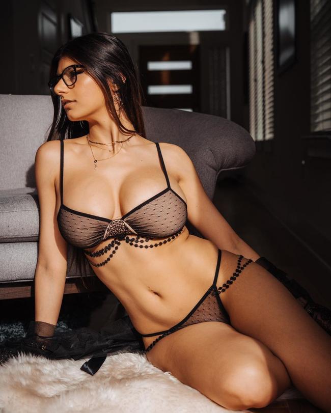 миа халифа фото в красивом прозрачном черном нижнем белье и очках сидит на кровати