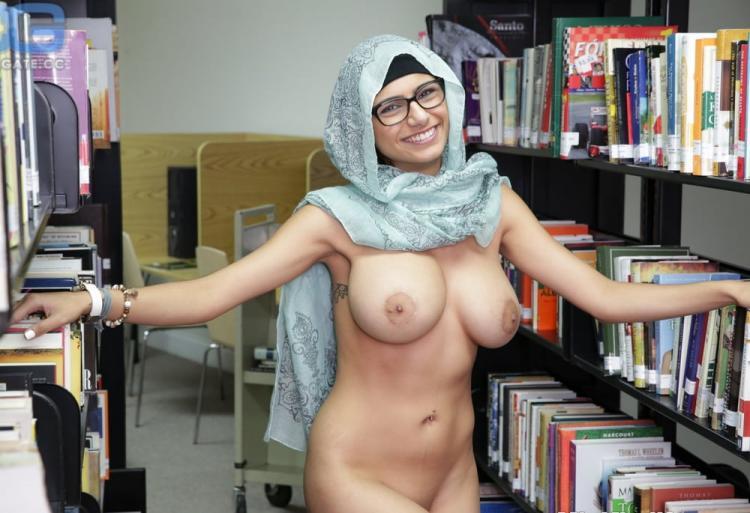миа халифа фото голая но в хиджабе :) в библиотеке стоит