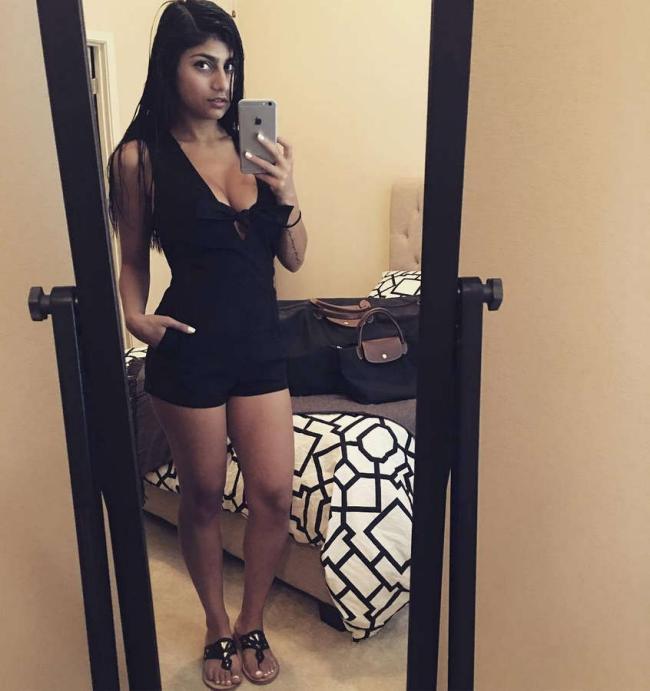 Миа Халифа делает селфи в коротком черном платье