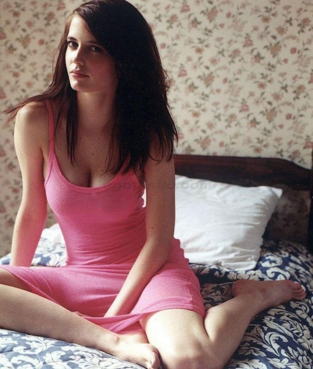 Ева Грин фото сидит в розовой длинной майке на кровати согнув ноги в коленях