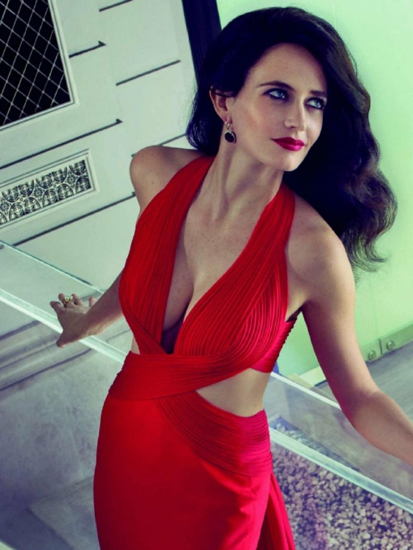 Ева Грин фото стоит в ярко красном открытом платье, глубокое декольте ,яркий макияж