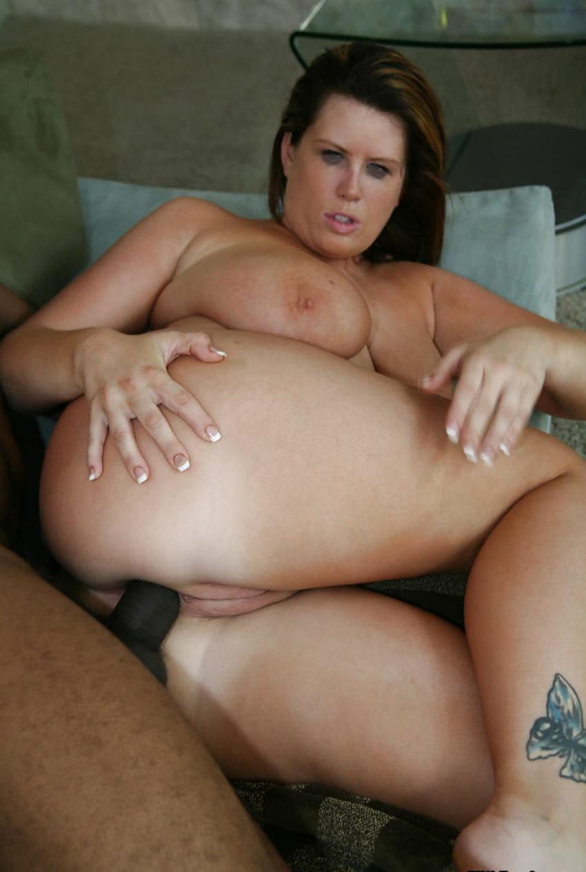 Лиза Спаркс порно фото лежит на боку черный хуй в жопе