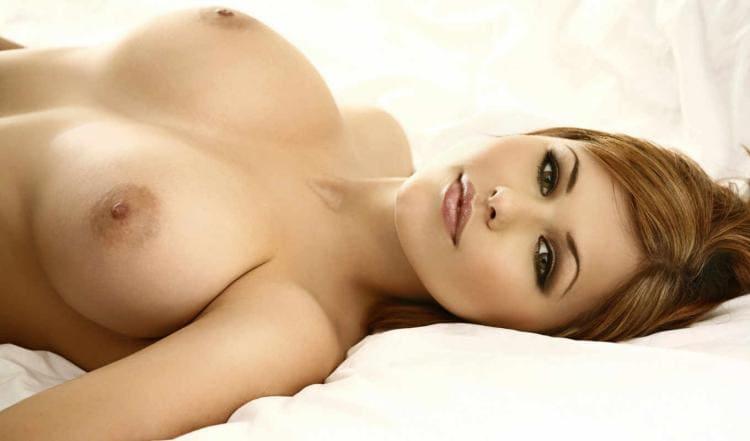 Красивая девушка лежит видна шикарная грудь