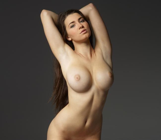 голые сиськи девушек стоит подняв руки за голову немного изогнувшись