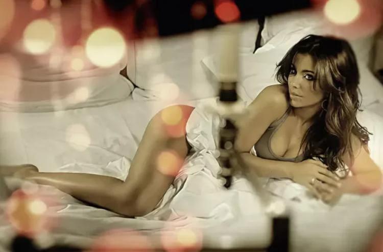 Ани Лорак голая лежит на боку, слегка укрыта тонким шелком, прелестную грудь немного прикрыта, дает волю для фантазии