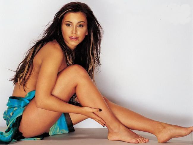Ани Лорак голая сидит на попе немного прикрыта легким покрывалом, плечи ноги обнажены