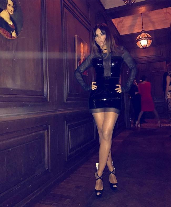 Короткая черная юбка, чулки, высокий каблук